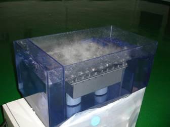 [写真は、50KHz 2400W 2W/cm<sup>2</sup>の水・発振状況]